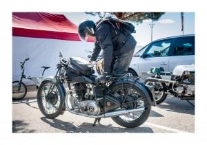 Un home en plein effort de redonner la vie à une vieille moto splendide au SRC 2015 à Paul-Ricard  © Trojanowski Jakub 2015